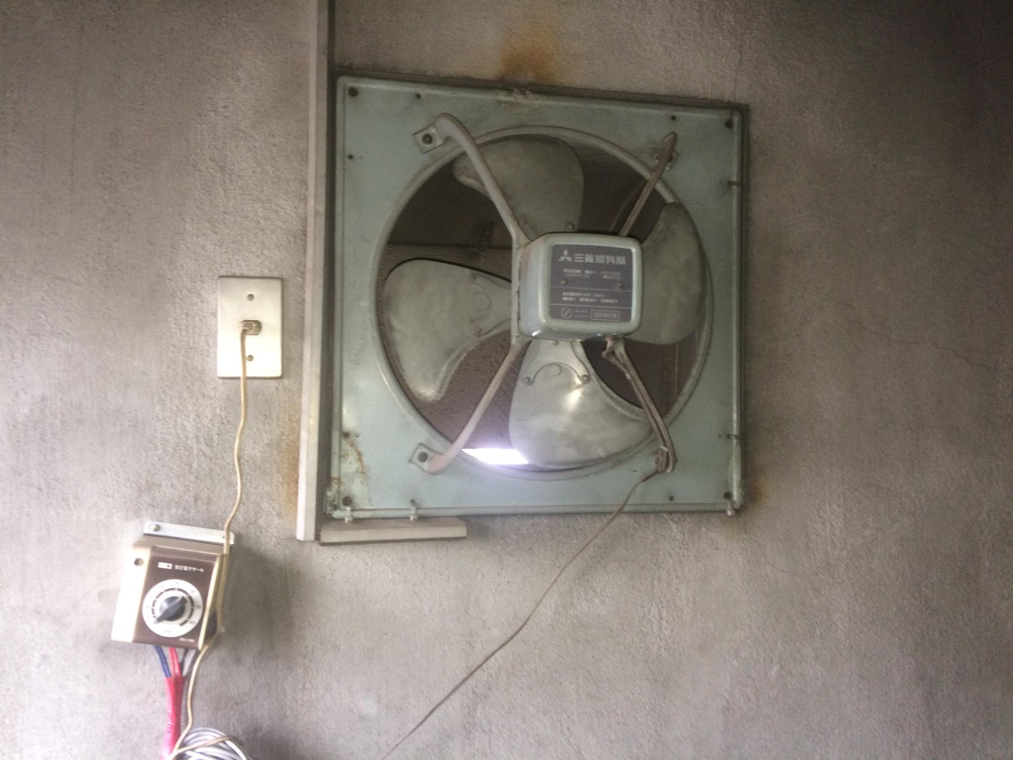 交換前の機械室内換気扇 どことなく昭和感が漂っています。