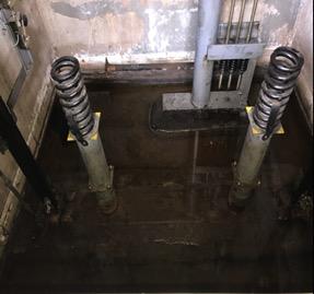 ピット内底部に大雨による水溜り ができています。