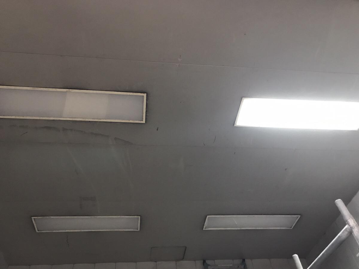 何気なくエレベーターに乗っていると気づきませんが、電気を消すとエレベーターの中は 真っ暗です。 照明は重要ですね。