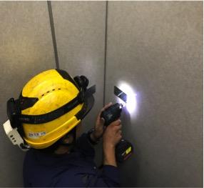エレベーターかごの壁面に取り付け用のブラケットを固定、設置します