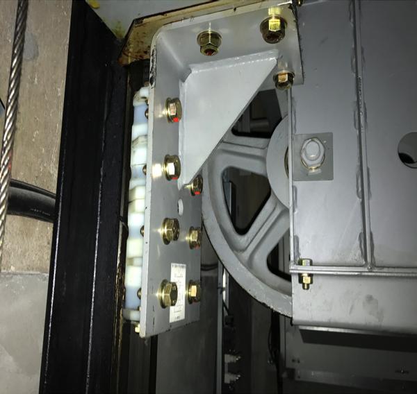 こちらがエレベーターカゴに取り付け られているカゴシュー装着時の状態 左側黒い部分がガイドレールです。
