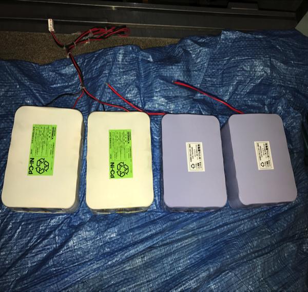 停電時自動着床装置バッテリー 左側が旧品、右側が新品です。