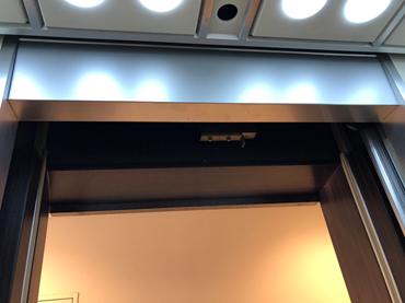 新:カゴ内  ※デジタル表示化に伴い、不要となったポジションランプをステンレス板にて目隠しを致しました。