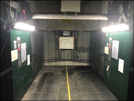 エレベーター内 ※両サイドの照明はLEDに交換しました