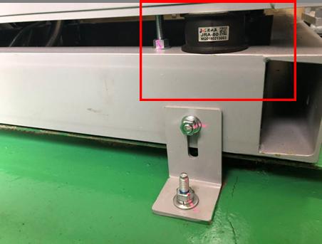 耐震対策:油圧ユニット転倒防止 *油圧ユニットを機械室床面と固定する事で、地震時に転倒する事を予防します。