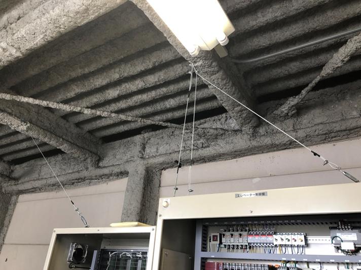 耐震対策:制御盤転倒防止 ※制御盤と天井をワイヤーロープで固定しました。
