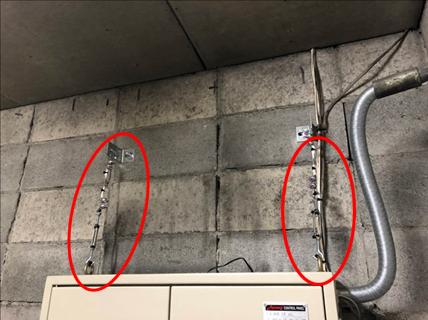 耐震対策:制御盤転倒防止 *地震時に揺れにより制御盤が転倒しないように天井とワイヤーにて固定を行いました。