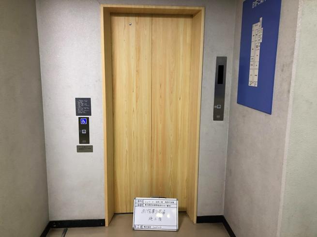 新:各階乗場扉 ※木目調のシート貼りを実施致しました。